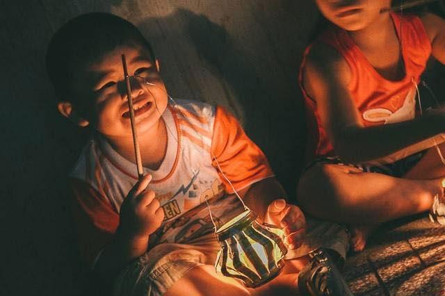 …hay những chiếc đèn lồng được tái chế từ vỏ lon nước ngọt đều là kí ức in sâu trong tuổi thơ của nhiều thế hệ.