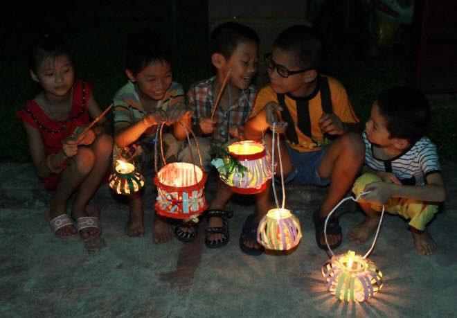 Cả xóm túm tụm, mỗi đứa một chiếc đèn, cùng nhau rước đèn trông trăng…