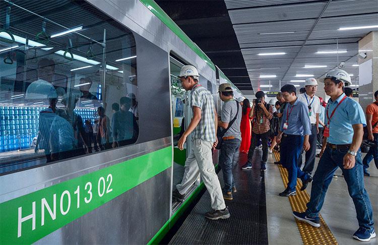 Các khách mời sau khi tham quan ga Cát Linh bước lên tàu quay lại ga Yên Nghĩa kết thúc chặng chạy thử sáng 20/9.