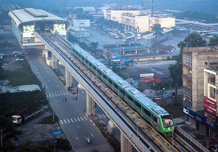 Tàu lăn bánh qua đủ 12 ga, mỗi nơi dừng lại 1 phút và kết thúc ở ga Cát Linh (quận Đống Đa).
