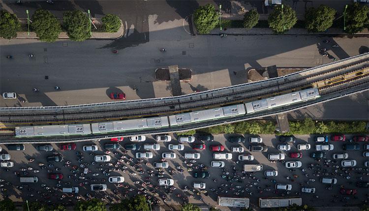 Các đoàn tàu nối tiếp nhau thứ tự khi đến ga Cát Linh sẽ đảo chiều thông qua ghi lông rồi chạy về điểm xuất phát ở ga Yên Nghĩa.
