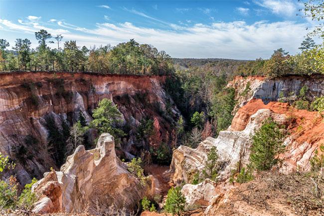 Nhờ những tầng địa chất khác nhau này, hẻm có nhiều màu sắc.