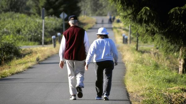 Đi bộ tốt cho người bị đau đầu gối