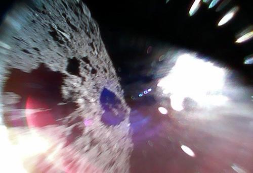 Bề mặt Ryugu (trái) và ánh sáng Mặt Trời (phải) do Rover 1A chụp hôm 22/9