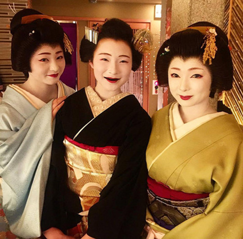 Để nhuộm răng đen, người Nhật Bản thời xưa sử dụng bột sắt ngâm trong trà hoặc rượu sake