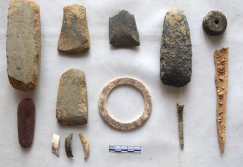 Hiện vật đá, đồng và xương ở Đền Thắm