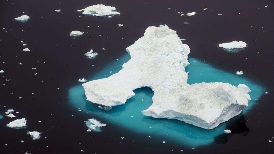 Một núi băng trôi nổi tại vùng biển Greenland