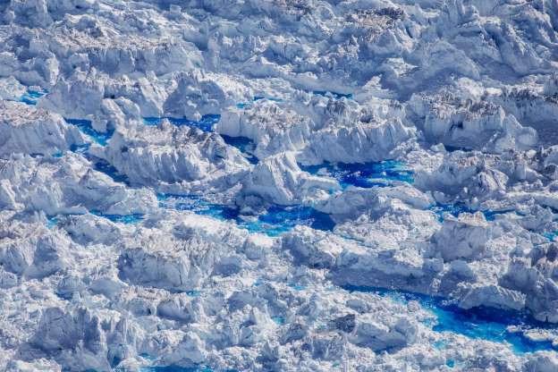 Băng tan thành từng mảng trên sông băng ở Greenland