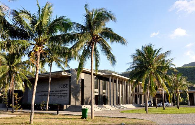 Toàn cảnh Trung tâm khoa học quốc tế và giáo dục liên ngành (ICISE) hài hòa với phong cảnh thiên nhiên