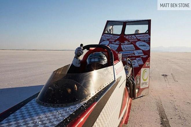 Chiếc xe đua trang bị một tấm chắn gió ở phía sau