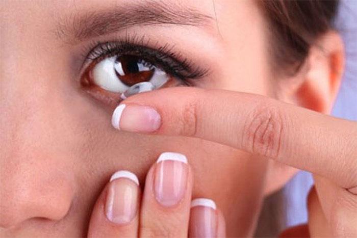Sử dụng kính áp tròng cần thực hiện đúng hướng dẫn để tránh nguy cơ.