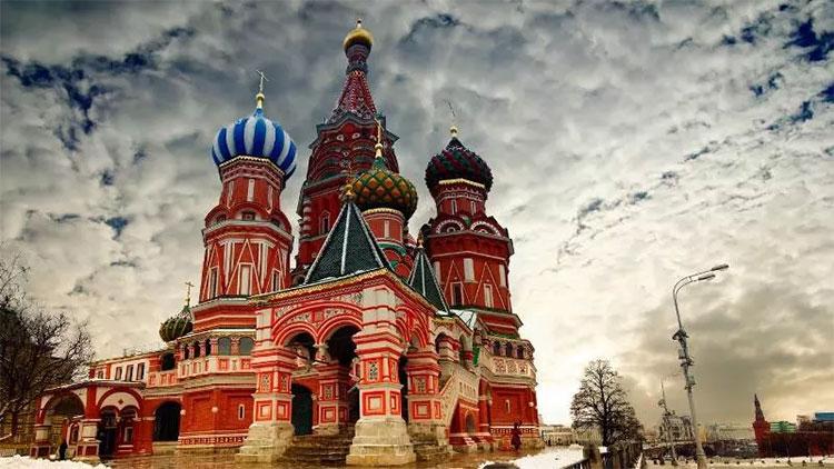 Sẽ rất tuyệt nếu bạn đi dạo dưới hàng bạch dương giữa mùa thu nước Nga