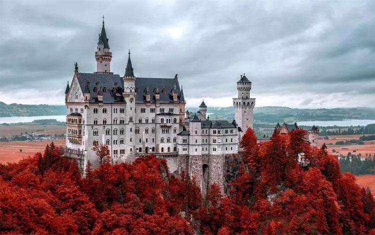 Ở bang Bavaria, Đức luôn có những con đường quanh co dọc theo rừng Alpine lãng mạn tràn ngập sắc lá đỏ mỗi độ thu về.