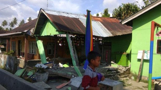 Động đất liên tiếp xảy ra khiến nhiều ngôi nhà ở Indonesia bị tàn phá