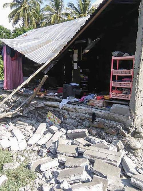 Một ngôi nhà đổ sập sau trận động đất ở Donggal, Trung Sulawesi hôm qua.
