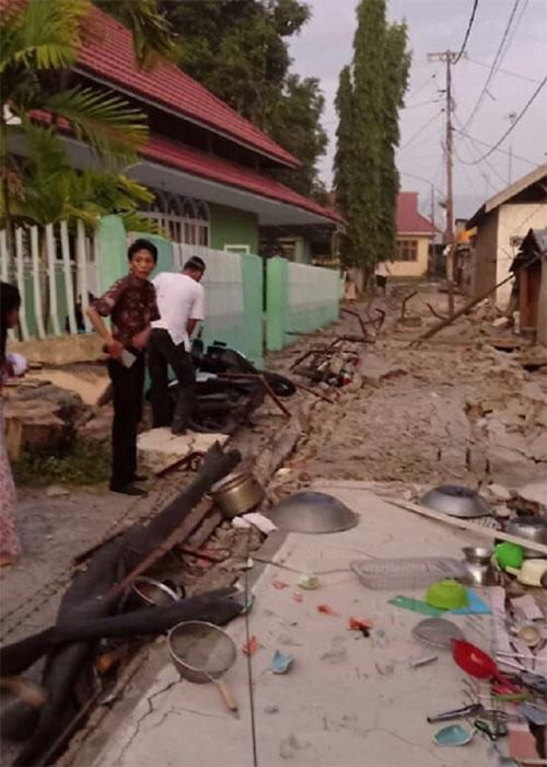 Đường vào một khu dân cư ở Donggala bị hư hỏng hoàn toàn.