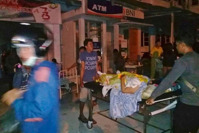Một bệnh nhân được sơ tán khỏi bệnh viện khi động đất xảy ra tại Poso, Trung Sulawesi hôm 28/9.