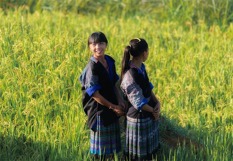 Những cô gái vùng cao trong trang phục dân tộc với nét mặt rạng ngời