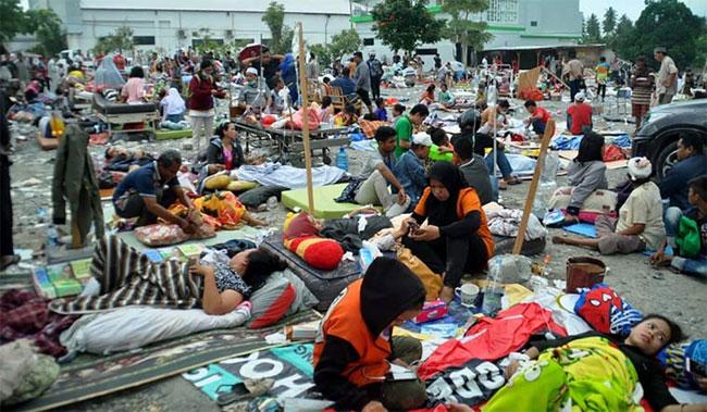 Nhân viên y tế hôm nay điều trị cho các nạn nhân sau trận động đất và sóng thần tại thành phố Palu, Indonesia.