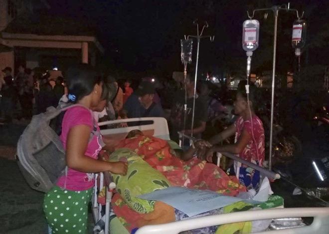Người được sơ tán khỏi bệnh viện ở Poso, tỉnh Sulawesi, sau khi động đất xảy ra chiều 28/9.