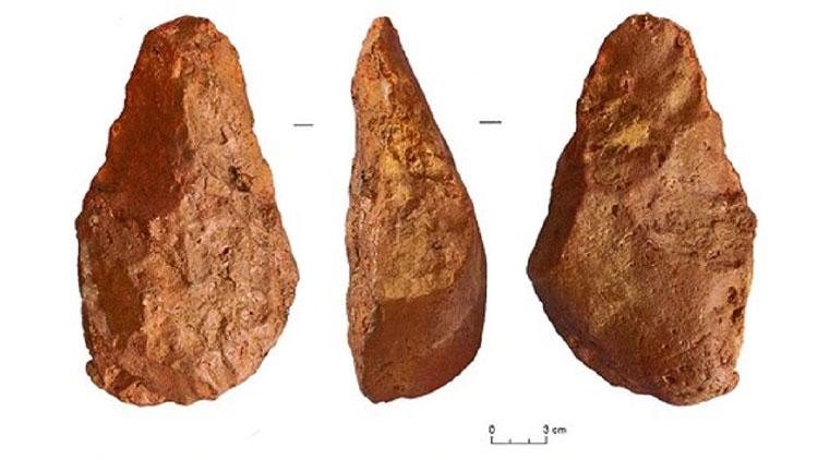 Rìu tay bằng đá được tìm thấy tại khai quật khảo cổ học tại di tích sơ kỳ Đá cũ ở thị xã An Khê, tỉnh Gia Lai.