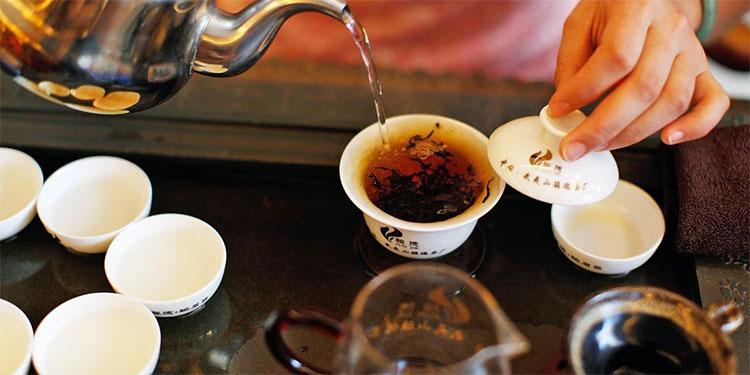 Phải tốn chừng 4kg lá trà tươi mới có được 1kg trà khô.