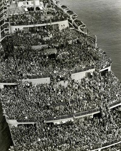 Ảnh lịch sử chụp hàng ngàn binh sĩ Mỹ trên một con tàu trở về nhà sau khi Chiến tranh thế giới 2