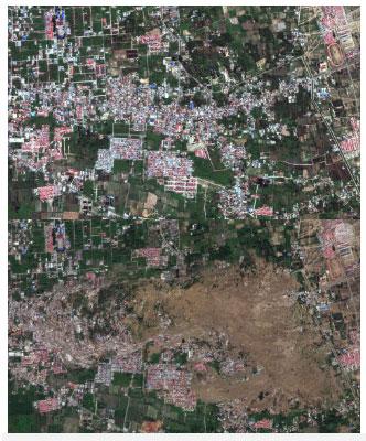 Nhìn gần hơn, bạn sẽ thấy đất lở chôn vùi, xóa sổ làng Petopo, phía nam Palu.