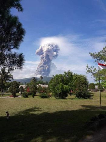 Núi lửa Soputan phun trào tạo cột khói cao 4.000m trên không trung.