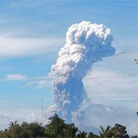 Núi lửa phun cột khói 4.000m trên đảo vừa bị động đất, sóng thần ở Indonesia