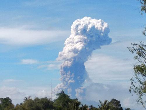 Núi lửa Soputan trên đảo Sulawesi, Indonesia phun trào sáng nay.