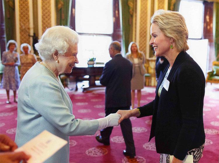 Bà Frances H. Arnold từng được Nữ hoàng Anh Elizabeth II tiếp đón tại cung điện Buckingham.