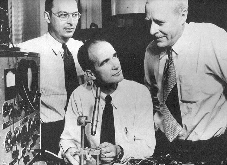 Ba nhà khoa học nhận giải Nobel Vật lý năm 1956 nhờ nghiên cứu về transistor.