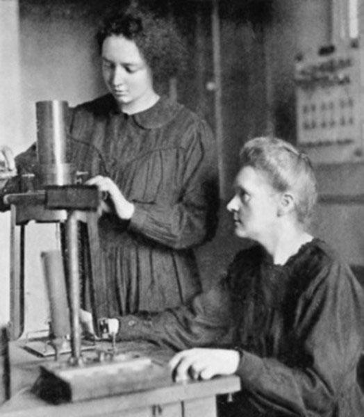 Nhà khoa học Irène Joliot-Curie (đứng) cùng mẹ - nhà khoa học Marie Curie.