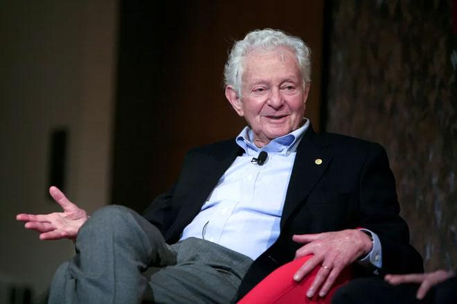 Bệnh tật khiến ông phải bán đấu giá giải Nobel của mình để lấy 750.000 USD để trả viện phí.