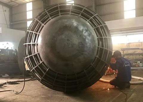 Công nhân trong Công ty của ông Hòa sản xuất chi tiết tàu ngầm Trường Sa 02.