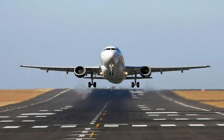 Để cất cánh, máy bay trước tiên phải đạt được vận tốc cao trên đường băng.