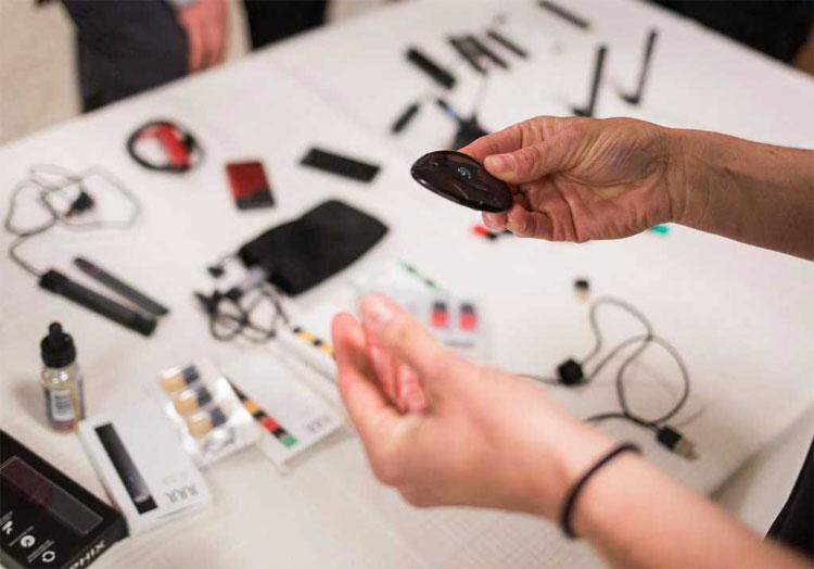 Bộ sưu tập các cây bút vape đã bị tịch thu từ các sinh viên trong một bài thuyết trình tại trường trung học Nevin Platt.