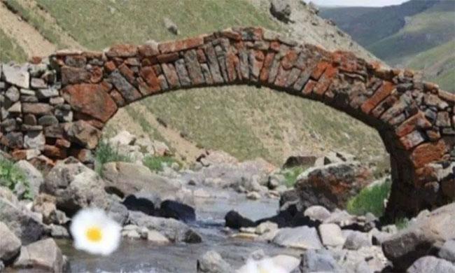 Cầu đá 300 năm bắc qua con suối ở Arslanca.