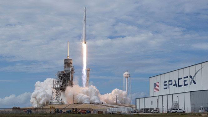 Tên lửa Falcon 9 của SpaceX.