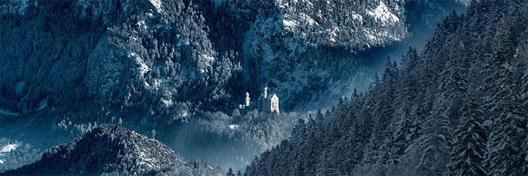 Ảnh chụp khung cảnh bên ngoài tòa lâu đài Neuschwanstein vào mùa đông.
