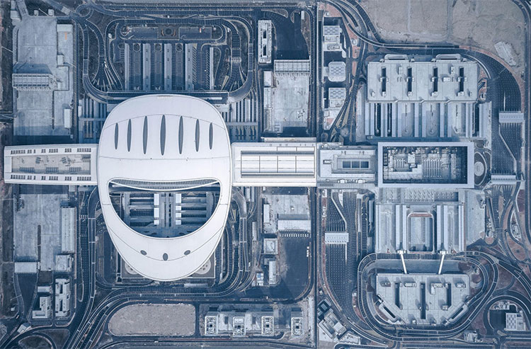 Tay máy Shao Feng chụp bức ảnh từ trên cao của tòa nhà Hong Kong-Zhuhai-Macau Border Crossing Facilit