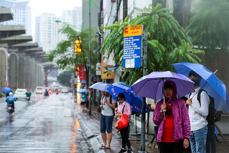Ngay từ sáng sớm, người dân Thủ đô bắt đầu cảm nhận được cái lạnh khi bước chân ra đường.