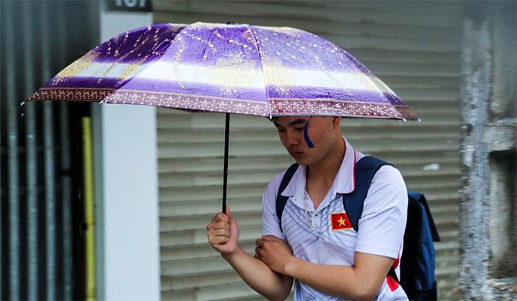 Nhiều người vẫn chủ quan mặc áo cộc ra đường đã phải co người lại vì không khí lạnh kèm theo mưa rào.