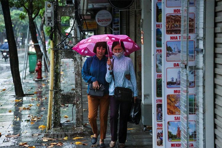 Nhiều người dân Hà Nội phải ra đường trong tình trạng co ro.