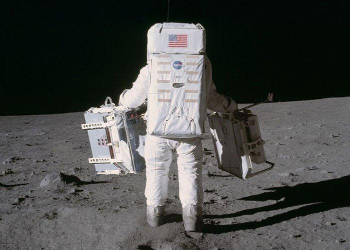 Neil Amstrong bước đi trên Mặt trăng