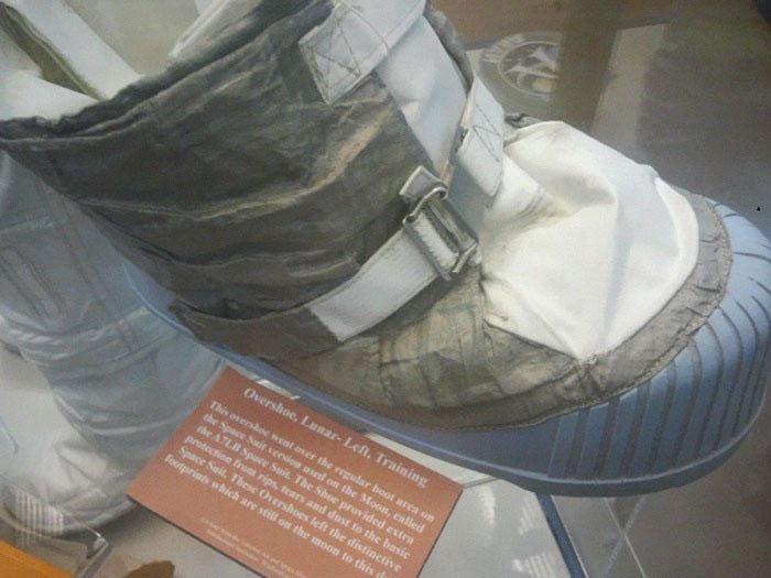 Đôi giày bọc ngoài này mới thực sự in dấu chân đầu tiên lên Mặt trăng.