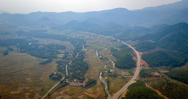 Phần lớn quãng đường từ Hòa Lạc đi TP Hòa Bình chạy qua địa hình đồi núi với nhiều khúc cua, dốc.