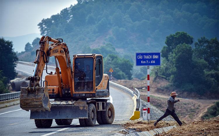Chiều 9/10, công nhân hối hả chuẩn bị những công đoạn cuối cùng để hoàn thiện tuyến đường.