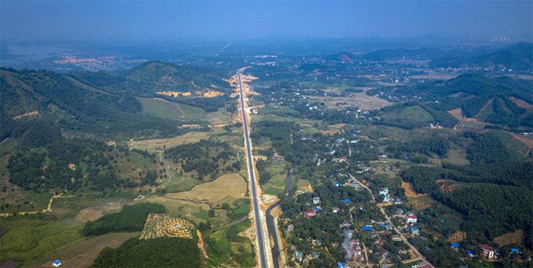 Nhìn từ trên cao, phong cảnh thiên nhiên hai bên đường khá hút mắt, nhất là ở các khúc cua, con dốc.